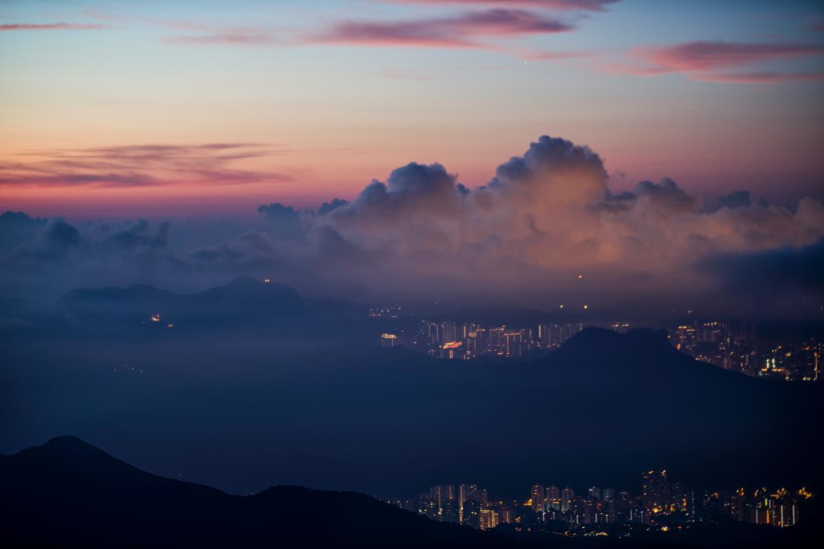 """印象中的香港,高楼林立间尽显繁华,霓虹闪耀处行人匆匆,一派国际都会的城市气息。然而,当一张张 """"绿野仙踪""""的自然大片呈现在你眼前,一种强烈的错觉不禁袭上心头——这真的是香港?即便多次赴港的你,这次也不得不重新定义这颗""""东方之珠""""。在这一千多平方公里的范围内,四分之三都是绿色郊野,夹杂着西方殖民历史的文化碎片,散发着清新脱俗的山海之美,镌刻着鬼斧神工的地质奇观。无论喜好登山探索、休闲远足,还是破风骑行,在这里都能找寻到的那抹城嚣之外绿野"""